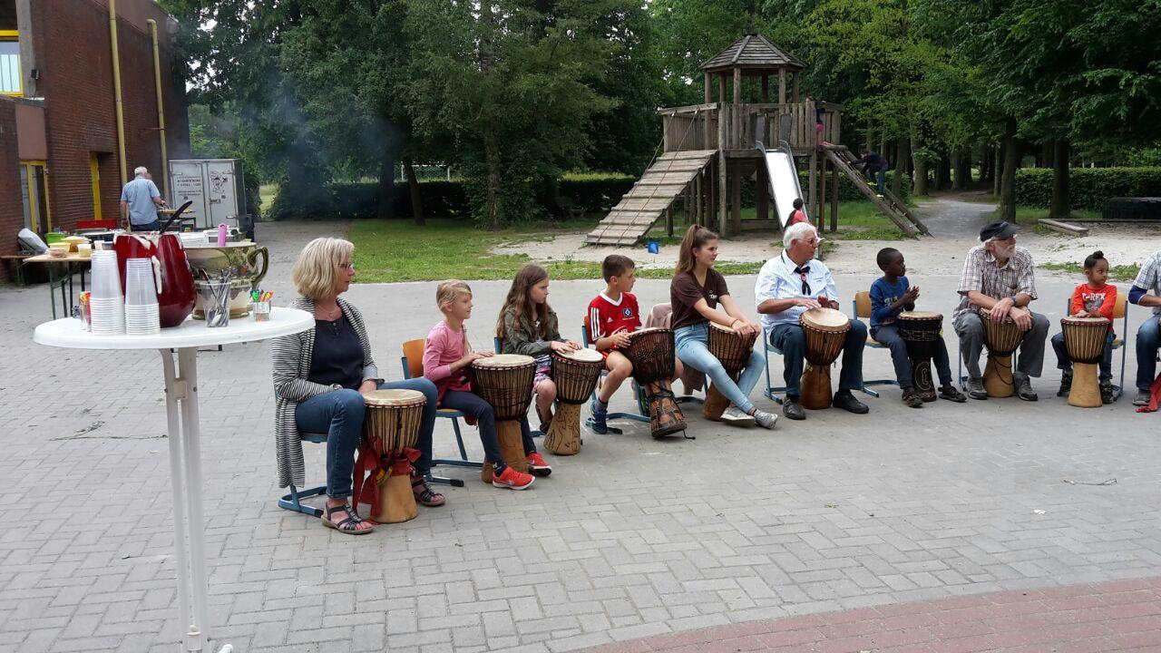 Auch einige Gäste versuchten sich im Trommeln, beim Trommelkurs unter der Leitung von Britta Loock. Quelle: Martina Aden