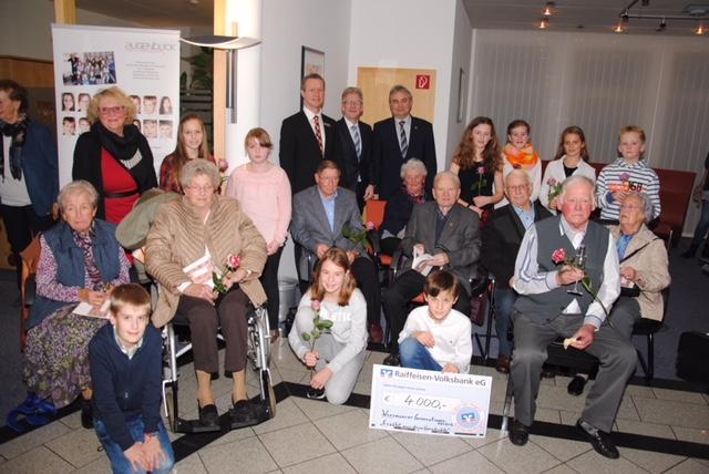 Gruppenfoto mit den beteiligten Senioren und den jugen Interviewern. (Quelle: Christian Behrends, Anzeiger für Harlingerland)