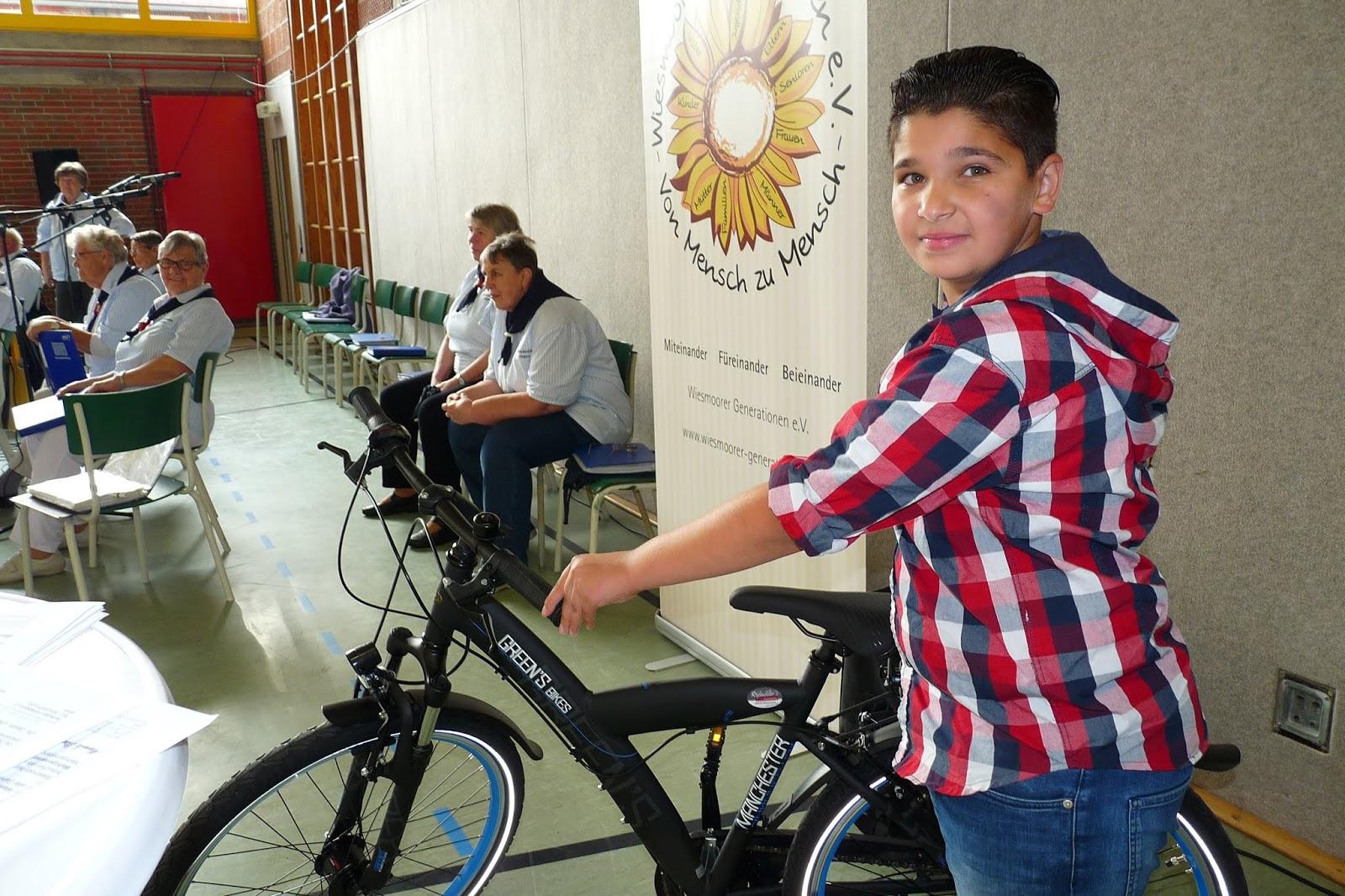 Mohammed mit dem neuen Rad -  Quelle: Hans-Jürgen Adams - Wiesmoor Info Blogspot
